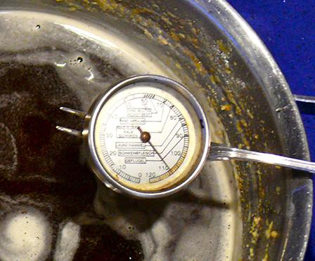 Bei 108 °C ist Ghee fertig