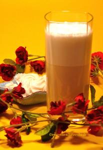 Raja's Cup mit geschäumter Mandelmilch als Latte Macchiato