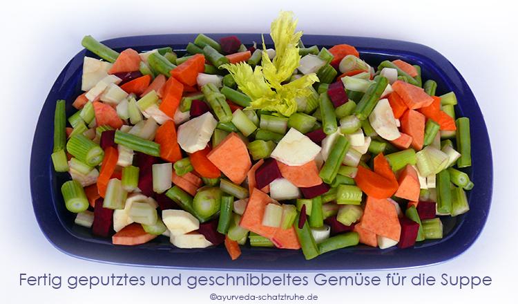Fertig geputztes und geschnibbeltes Gemüse für die Suppe