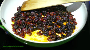 Karamellisieren der Trockenfrüchte für ayurvegane Bratensoße, vegan, vegetarisch